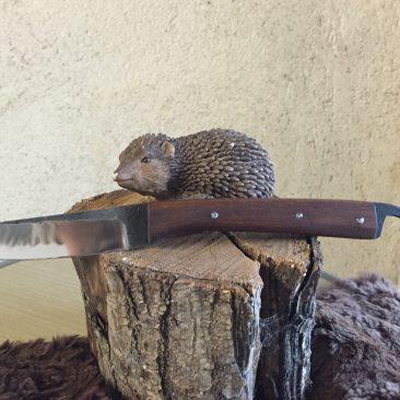 Couteau fixe, manche en orme, lame forgée en acier ressort. 65 euros