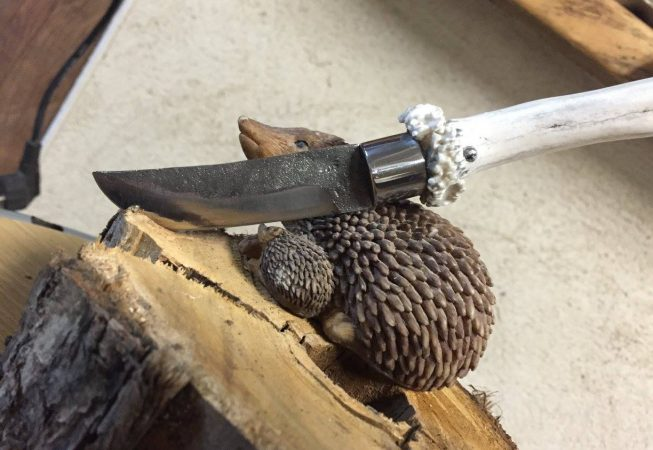 Petit couteau bois de chevreuil, lame forgée acier ressort, garde en acier.