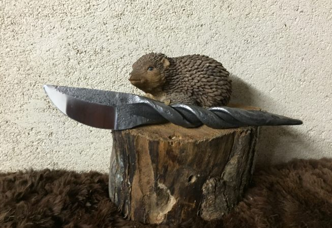 couteau forgé dans une dent de faneuse. 35 euros.