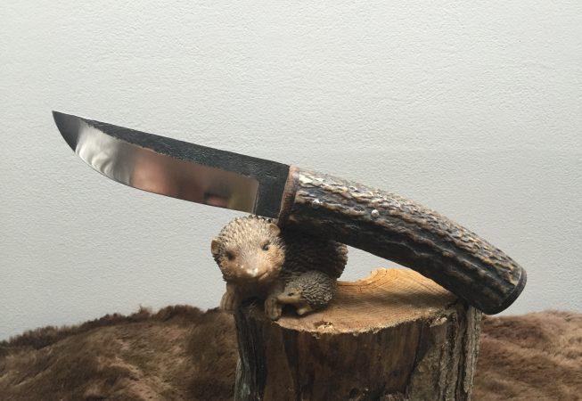 couteau fixe , manche en bois de cerf, lame brut de forge en 100c6. 85 euros.