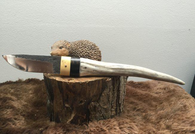 Petite dague buis,ébène et bois de cerf. lame forgé en 100c6. 80 euros