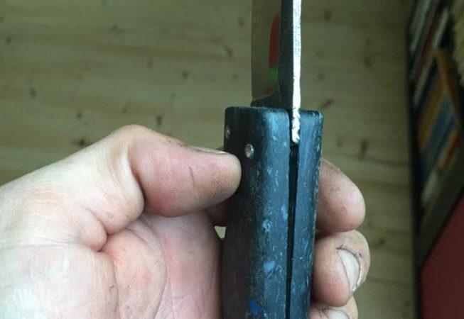 Couteau pliant deux clous, manche en téflon multicolor, lame forgée 100c6. 60 euros