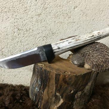 petite dague ébène et bois de cerf. lame forgé dans une dent de faneuse. 80 euros.