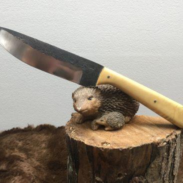 couteau cuisine plate semelle. forgé en 100c6 plaquettes en buis. 90 euros.
